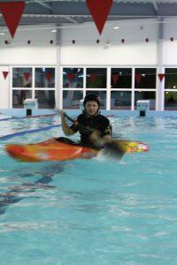 Sporta centra baseinā  ir iespēja apgūt ekstrēmās laivošanas prasmes