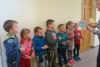 Nākamie pirmklasnieki apmeklē Eglaines bibliotēku