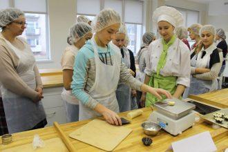 Novada skolēni piedalījās konditorejas meistarklasē