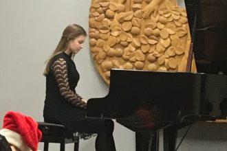 Ilūkstes Mūzikas un mākslas skolas audzēkņi radīja Ziemassvētku noskaņu