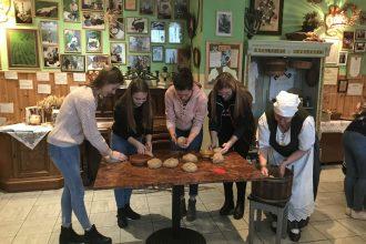 Ilūkstes Raiņa vidusskolas 11. klase – Aglonas maizes muzejā