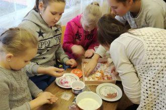 Dvietes bibliotēkā bērni iesaistījās radošajās darbnīcās