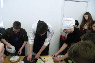 "Skolēni iepazina pavāra profesiju, tiekoties ar ""Silene Resort & SPA"" pavāru Imantu Reini"