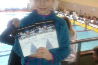 """Peldēšanas sacensības """"Pirmie starti"""" pulcēja vairāk nekā 100 jauno peldētāju"""