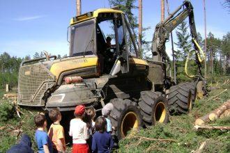 Bebrenes skolēni  iepazina mežsaimnieka profesiju