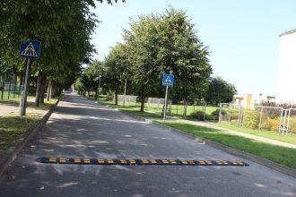 """Iedzīvotāju ievērībai – Ilūkstē (Stadiona ielā) uzstādīti divi ātrumvaļņi jeb """"guļošie policisti"""""""