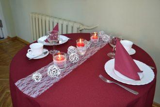Bebrenē skolēni cepa kūku Latvijas simtgadei
