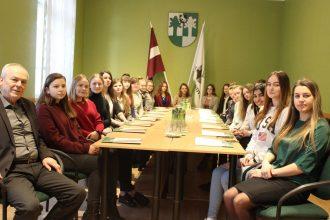 """""""Ēnu dienā"""" 22 jaunieši iepazina profesiju aizkulises Ilūkstes novadā"""