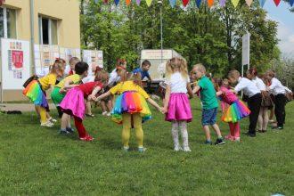 """Mātes dienā Ilūkstes Bērnu un jauniešu centra dārzā notika pasākums """"Laimes atslēdziņa"""""""
