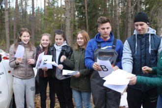 No skolas ar bibliotēku uz mežu