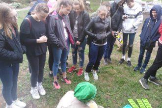 Skolēni iepazīst bioloģisko zemnieku saimniecību