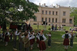 """Festivālā """"Latvju bērni danci veda"""" novadu pārstāvēja 80 dejotāji"""