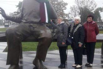 Sēlijas dienā Raiņa skulptūras Rīgā rotāja Ilūkstē tapusī šalle