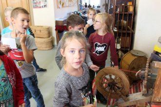 """Pirmklasnieki iepazīt vēsturi Bērnu un jauniešu centra """"Sēļu istabā"""""""
