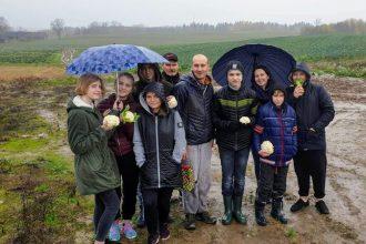 Ilūkstes Raiņa vidusskolas 8.c klase ciemojās pie vietējā zemnieka Mārtiņa Boguša