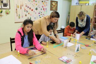 Sarkanā Krusta brīvprātīgie no Bebrenes vada radošās darbnīcas Raudas internātpamatskolā