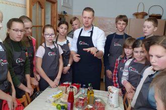 Šefpavārs Normunds Baranovskis māca gatavot veselīgus ēdienus