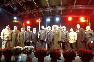 """Pasākuma """"Latvijas karavīrs laikmetu griežos"""" lāpa nodota Ilūkstes novadam"""