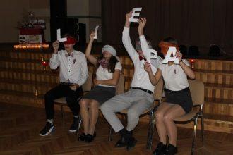 """Novada jaunieši izspēlēja erudīcijas un veiklības spēli """"Es mīlu tevi, Latvija!"""""""