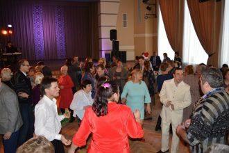 Ļaudis ar īpašām vajadzībām tiekas jaungada ballē