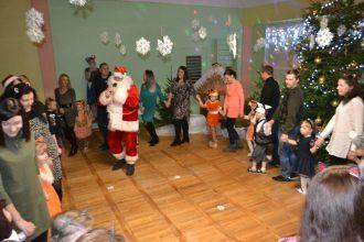 """""""Zvaniņa"""" bērni brīnumus meklēja Ziemassvētku pasakā"""