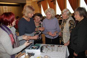 Pensionāru biedrības atskaites sanāksme aizritējusi rokdarbu zīmē