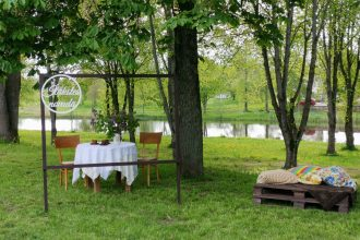 """Pie Ilūkstes novada Kultūras centra radīts foto stūrītis svētku rotā – """"Saimes galds"""""""