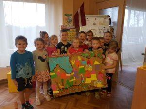 """""""Zvaniņa"""" bērni svinēja Latvijas 102. dzimšanas dienu"""