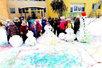 """Ilūkstes PII """"Zvaniņš"""" bērni izbauda ziemas priekus"""