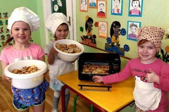 """Projektā """"Darbīgās kopienas"""" bērnu radītie eņģelīši iepriecina vientuļas sirdis"""