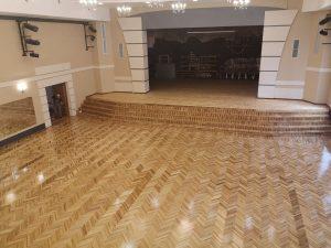 Ilūkstes Kultūras un mākslas centrā atjaunota parketa grīdas seguma virskārta